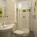 Łazienka w pokoju 4 - osobowym